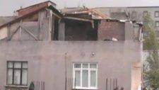İstanbul'daki fırtınada çatının uçma anı