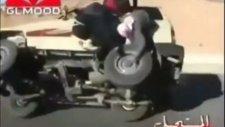 Hareket Halindeki Araçta Lastik Değiştiren Çılgın Araplar !