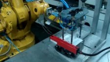 Plastik enjeksiyon pres etiketleme robotu