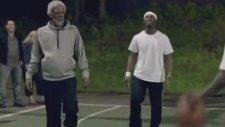 Ak Saçlı Dededen Gençlere Basket Dersi