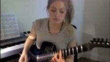 Güzel kız gitarı öttürdü