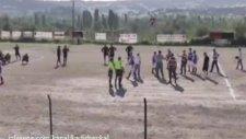 Amatör Lig Maçında Kaleci Hakema Saldırdı
