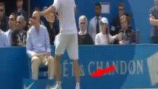 Tenisçi Sinirlenince Hakeme Tekme Attı!