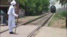 Ak Sakallı Dede Trene Meydan Okuyor