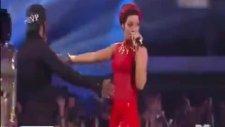 Rihanna'nın Kalçasını Sıktı!