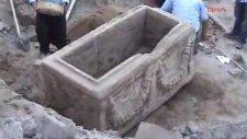 Kapalı otopark inşaatında lahit mezar bulundu