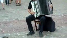 Akordeonun Sınırlarını Zorlayan Müzisyen
