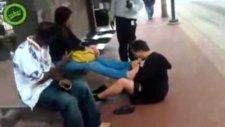 Durakta kızın ayaklarını yalıyor