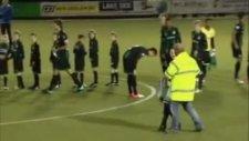 Gvvv Groningen Maçında Çıplak Kadın Sahaya Girdi