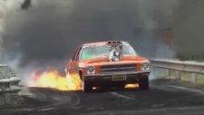 Alevler İçindeki Arabadan Müthiş Gösteri!