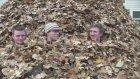 Devasa yaprak yığınıyla çılgın eğlence