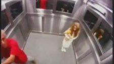 Asansörde Korkunç Küçük Kız Şakası
