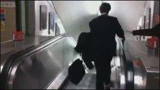 Bitkin İş Adamı Ve Yürüyen Merdiven