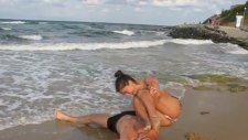 Plajda Tek Elle Kız Arkadaşını Kaldırıyor!
