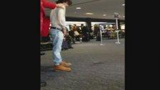 Ünlü Oyuncu Havaalanında İşedi