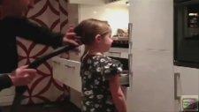 Kızının saçlarını süpürgeyle yapan baba