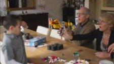 Oyuncak Silahı Kurcalayan Büyükbaba