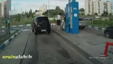 Benzin İstasyonunda Kadın Sürücü