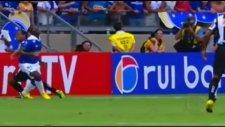 Ronaldinho'dan rakibini şaşkına çeviren çalım!