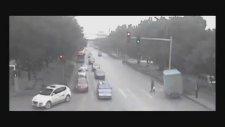 Trafik Lambası Direğine Toslayan Kamyonet