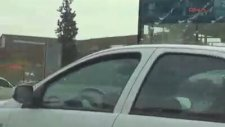 Kucağındaki bebekle otomobil kullanan kadın sürücü