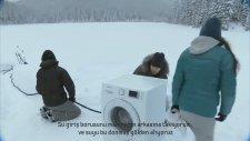 Meraklı ayı,soğuk suda yıkama deneyini bastı.