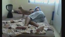 Uyuyan Kocasına Öyle Bir Şaka Yaptı Ki..