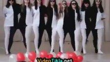Kızlardan Kafa Karıştıran Dans