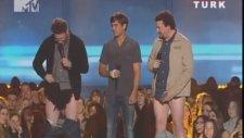 Pantolonunu Çıkardı!