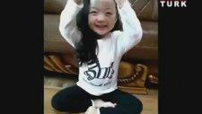 Koreli Minik Kız İzleyenleri Kendine Hayran Bıraktı