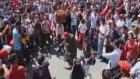 1 Mayısın En Renkli Görüntüsü : Simitçi Dayının Dansı