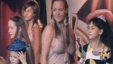 Rus Şarkıcı Çocuk Programına İç Çamaşırsız Kıyafetle Çıktı!