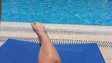 Merve Oflaz havuz sezonunu açtı! Bacak şov...