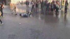 Polis taksimde tazyikli su sıktı, gösterici yere uçtu.