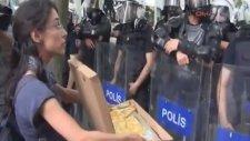 Polise Börek İkramına Karşı Biber Gazlı Müdahale