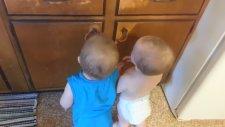 Bebeklerin Paket Lastiğiyle Oyunu