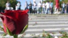 Gezi eylemcilerinden çiçekli jest