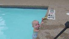 Bu Bebek Bir Şampiyon Gibi Yüzüyor!