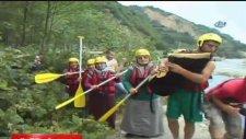 Rizeli raftingci nineler gençlere taş çıkarttı