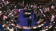 Meclis'te Kucak Skandalı! (İrlanda)