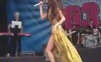 Selena Gomez Sahneye İç Çamaşırsız Çıktı