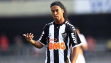 Ronaldinho'yu taşladılar