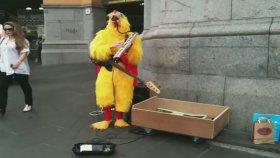 Tavuk Kılığındaki Sokak Müzisyeni