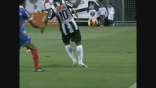 Futbolun Sihirbazı Ronaldinho'dan Akılalmaz Pas