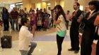 AVM'de evlenme teklifi eden gencin çabası hüsranla sonuçlandı