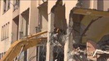 Dev bina kepçenin üzerine böyle yıkıldı