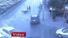 Beşiktaş'ta kaza yapan gençler motosikletten fırladı