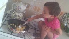 Yemek Pişiren Minik Kız