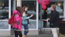 Örümcek adam öpüşme sahnesini yapmak