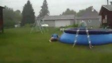 Sakar Kız Şişme Havuza Atlayamadı